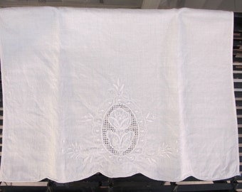 """Vintage 80's embroidered linen guest towel  19 1/2"""" x 14"""""""