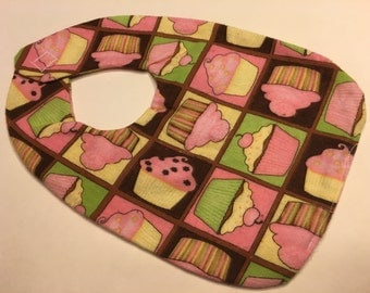 Cupcakes all over, baby bib (BR)
