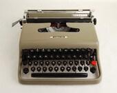 Typewriter Olivetti Lettera 22