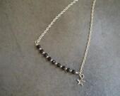 Collier en chaîne argentée avec des perles de verre noires et une étoile - Ras-de-cou chic - Bijou fait main