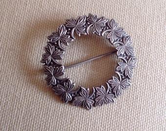Great condition Vintage circular leaf brooch