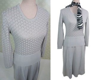 Pale grey 60s vintage dress. Knit fitted top. Medium size. Midi length.