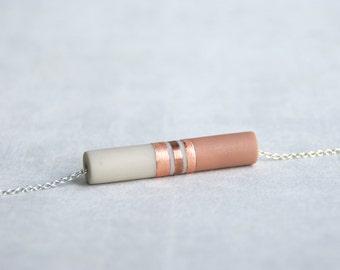ALIS // pendentif en cuivre, résine écru et beige sur chaîne argentée