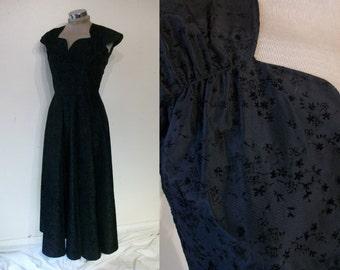"""Beautiful 1940s gown w/ delicate flocked pattern bust 34"""" sweetheart neckline"""