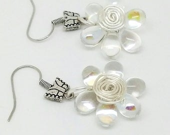 White flower wire wrapping earrings, white flower jewelry, White flower earrings, wire wrapping dangle, white daisy earrings