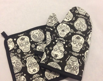 Black and white skulls insulated/quilted oven mitt and pot holder set