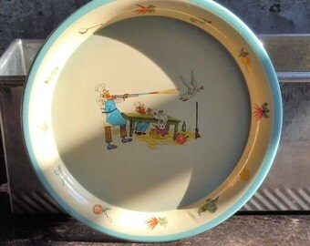 Daher Decorated Ware / Childs Tin Plate from Holland / Weird Kitchen Decor / Cook shooting a duck / Mint Condition