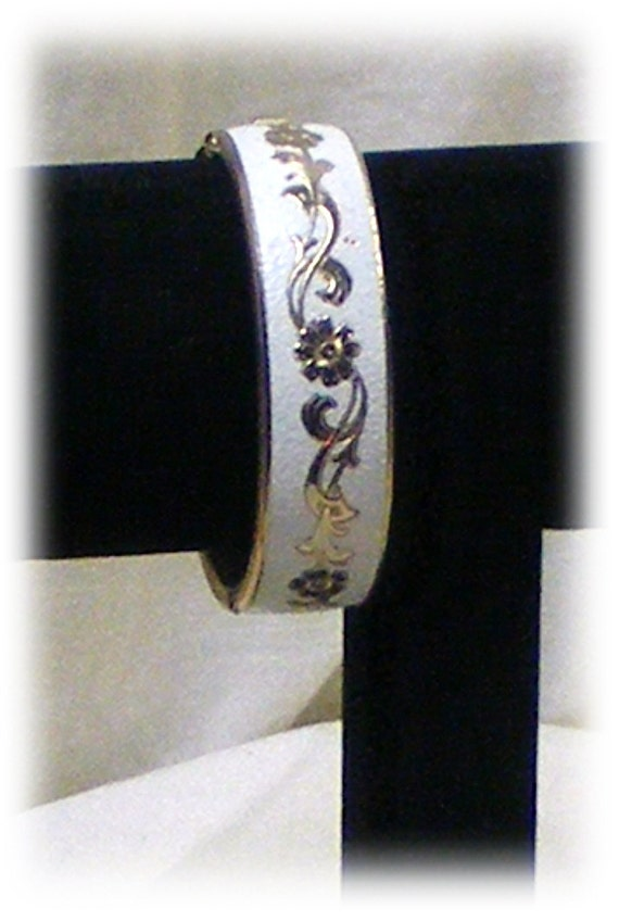 Hinged BANGLE BRACELET . . Never Worn