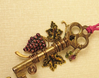 Vintage Skeleton Key Necklace Gold Tone Grapes And Leaves Crystals