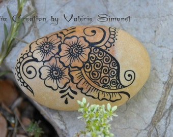 Hand - painted Pebble black flowers, syle mehndy / Hand painted pebble - Black flowers, mehndi style