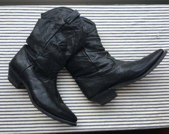 9 M / Black Leather shorties Boots / Black Slouchy Cowboy Boots / Embossed Leather Boots / Pointed Toe Boots