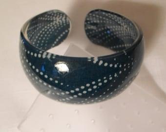 Vintage / POLKADOT LUCITE CUFF / Bangle / Bracelet / Wristlet / Marine Blue / White / Retro / Art Moderne / Modernist / Trendy / Accessory
