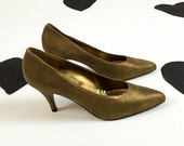 80's Donna Karan New York nude metallic suede pumps shoes 1980's made in Italy classic pointed toe high heels / Vero Cuoio / leather / 9.5