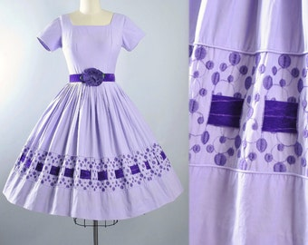 Vintage 50s Dress / 1950s Cotton Belted Sundress PURPLE Lilac Border Print EMBROIDERED Velvet Full Skirt Pinup Garden Party Pinup XS Small
