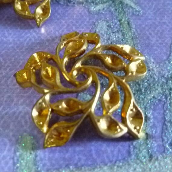 1 Vintage Gold Cluster of Leaves Stamped Embellishment