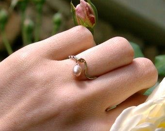 Fine white gold ring and pearl pink moving