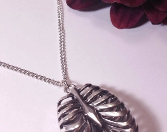 Silver necklace with pendant-shaped rib cage