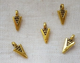 Spear Head Charms X 5.  Arrow Head Charms. Flint Charms. Arrow Head Pendant. Gold Tone Charms.  UK Seller