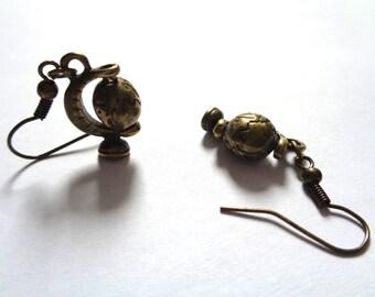 Bronze, bronze tone earrings rotating globe of the earth globetrotter traveller