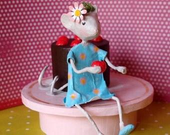 Sculpture small mouse in paper mache. Box to teeth. Treasure box.