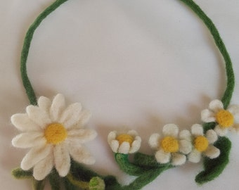 Felted wool necklace daisies