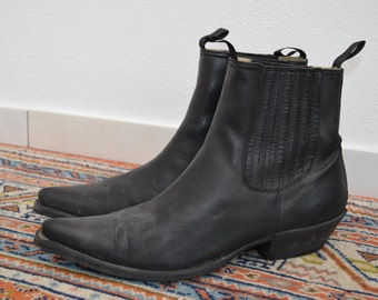 Leather western boots, black.