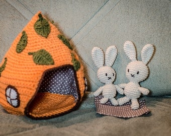 Crochet house with two bunnies - rabbits in the house - moveable house for pets