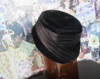 1940s Black Velvet Cloche Hat Veeerrrry Nice if I say so myself