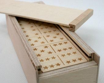 Jeu de Domino en bois personnalisé avec le thème des étoiles (thèmes personnalisés disponibles)