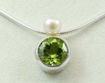 Pendant 'Stone + Pearl' With Peridot