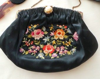 Minaudière / sac de bal et ces accessoires en satin de soie brodée première moitié du XXe siècle