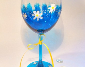 Hand painted wine glass. Daisy and flowers design. Spring party glass. Brilliant transparent colors! Weinglas. Handbemalt. Gift for her.