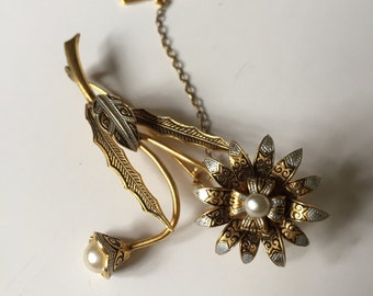 LAST CHANCE! Vintage gold flower brooch with detailed etchings/engravings (Damascene) pearl embellishment and leaves. 1940-1960s.