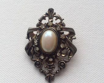 Interesting crest shaped peatland diamond brooch