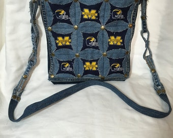 Denim shoulder bag with a hidden circle quilt design