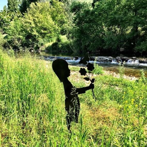 Silhouettes petite fille jardin avec fleurs et for Jardin de france magnanville 78