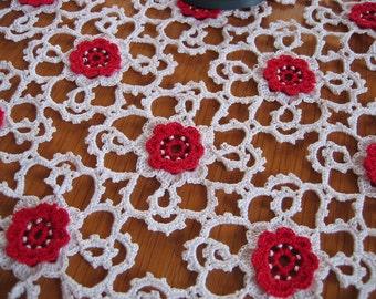 Kleines Deckchen, Zierdeckchen, Häkeldeckchen, filigran, weiß mit roten Blüten quadratisch, 24cm x 24cm