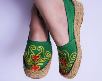1970's Embroidered Espadrilles Green Canvas Braided Jute Square Toe Wedge Slip ons 7 1/2 8