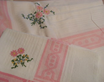 Darling Vintage Embroidered Pink Flowers Lunch/Tea Cloth & 4 Napkins - Spring Luncheon