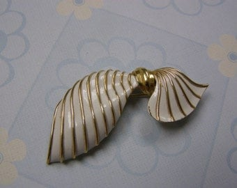 Beautiful Trifari Bow Brooch Pin Gold and White Broach