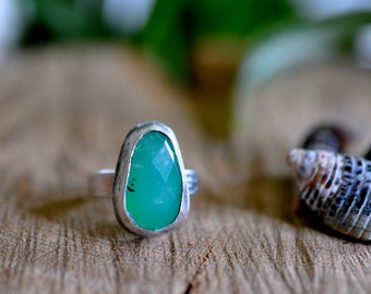 Sterling Chrysophase Ring, Oxidised Sterling Silver Stacking Ring, Gemstone Metalwork Gold Ring - Feather Ring in Chrysophase