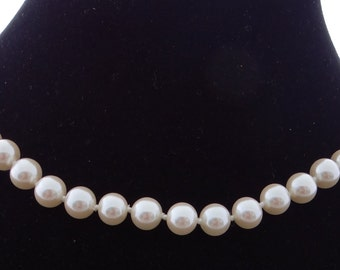 """Vintage 17"""" hand knotted pearls & gold tone necklace in great condition, appears unworn"""