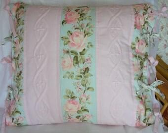 Housse de coussin romantique imprimé fleuri et boutis sur tissu rose
