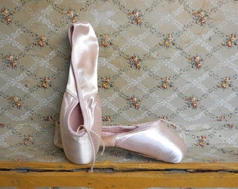 Vintage Ballet Pointe Toe Shoes Slippers in Box Unused Never Worn 6 D Pink Satin Pavlowa Dance Collectible Studio Decor Women Ballerina