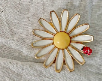 Vintage Lapel Pin | White Daisy With Ladybug | Weiss
