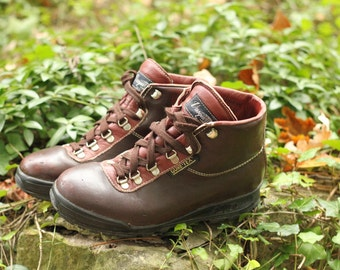 Vintage Vasque Sundowner Hiking Boots- Made in Italy- Stamped a size 7 M, beautiful condition