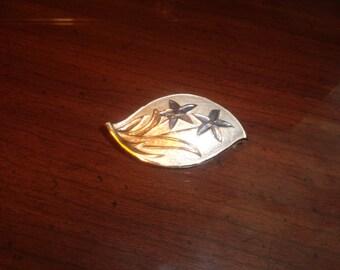 vintage pin brooch goldtone enamel white blue flowers