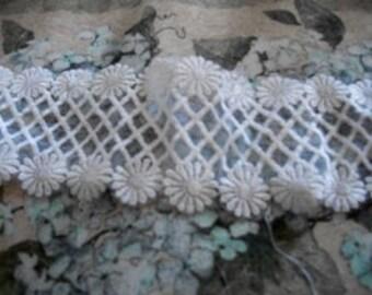 Vintage Daisy Lattice Lace
