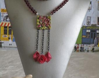 Ravissant plastron court avec perles et connecteur en céramique