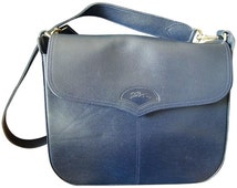 Vintage Longchamp navy leather shoulder bag with the embossed logo at front flap. For unisex use, daily bag.
